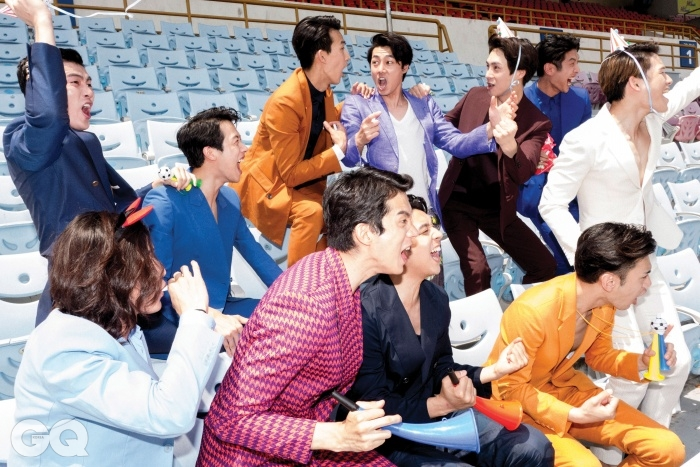 왼쪽부터 시계 방향으로) 남색 재킷 1백69만원, 팬츠 59만8천원, 모두 김서룡 옴므. 파란색 재킷 95만원, 팬츠 45만원, 모두 에이치 에스 에이치 by 커드. 귤색 수트와 셔츠 가격 미정, 모두 우영미. 연보라색 재킷과 꽃무늬 팬츠, 티셔츠 가격 미정, 모두 톰 포드. 자주색 수트와 셔츠 가격 미정, 모두 디올 옴므. 코발트색 수트와 셔츠, 가격 미정, 모두 캘빈클라인 컬렉션. 흰색 재킷 1백49만원, 팬츠 59만8천원, 모두 김서룡 옴므. 오렌지색 재킷 1백59만원, 팬츠 59만8천원, 모두 김서룡 옴므. 네이비 수트와 티셔츠 가격 미정, 모두 에르메스. 하운드 투스 프린트 수트 가격 미정, 에이치 에스 에이치. 하늘색 수트와 셔츠 가격 미정, 모두 캘빈클라인 컬렉션.