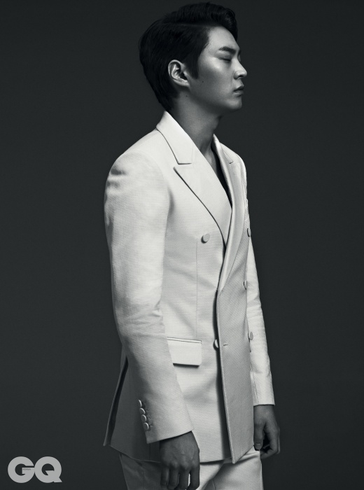 흰색 수트는 김서룡 옴므.