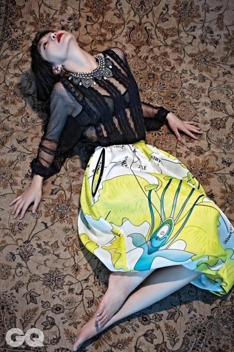 비치는 상의와 목걸이 귀고리 모두 자라, 꽃무늬 치마는 크리스토퍼 케인 by 톰그레이하운드.