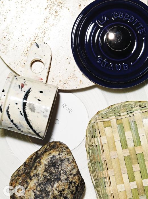 대리석을 둥글넓적하게 재단한 다용도 쟁반, 뷰로. 군청색 무쇠 주물 소스 팬(뚜껑), 스타우브. 담양에 사는 남상보 장인이 대나무로 만든 사각 도시락, 디&디파트먼트 서울. 남한강 호피석 5천원, 이천 강변수석. 물감을 흩뿌린 무늬가 있는 머그잔 7만8천원, 에코 파크 포터리 by 포스트 포에틱스. 투명한 재질로 제작한 라이의 싱글 < Open> LP.