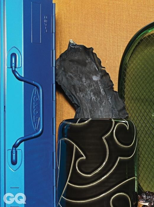 푸른색 철제 공구박스 토요 by 이레상사. 고상한 도자기 화병, 아르마니 까사. 모양을 잘 살려 말린 다시마 2천원(100g), 경동시장. 겨자색 리넨 쿠션 커버 5만9천원, 구다모. 폴리카보네이트로 만든 의자 'Thalya' , 카르텔. 나무를 깎아 만든 곰, 디&디파트먼트 삿포로.