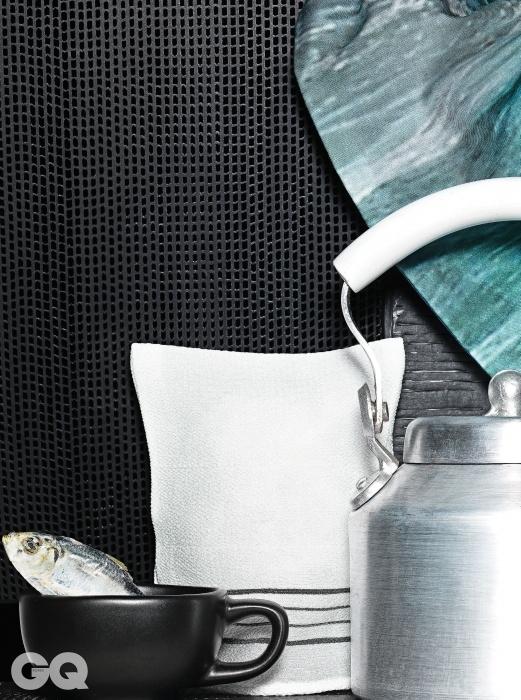 골판지 꼴 폴리프로필렌으로 만든 황형식 작가의 의자 '레이어드 시리즈'물결 무늬 프린트 면 베개 커버 3만2천만원, 스코그. 까실까실한 흰색 때수건 1천5백원, 송월타올 by 디&다파트먼트 서울. 세미 글라스로 만든 소리 야나기의 찻잔 6만원, 챕터 원. 모양을 잘 살려 깨끗하게 말린 디포리 3천원(100g), 신세계백화점 슈퍼마켓. 갈아낸 듯한 질감이 시원한 양은 주전자, 메종 드 실비.