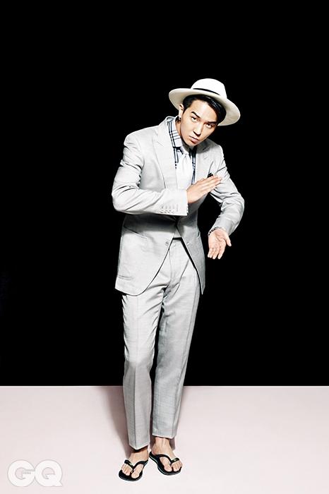 실크 수트, 체크 셔츠, 은색 타이 가격 미정, 모두 톰 포드. 플립플롭 2만9천원, 하바이아나스. 파나마 햇 11만9천원, 에콰 안디노 by 서프코드.