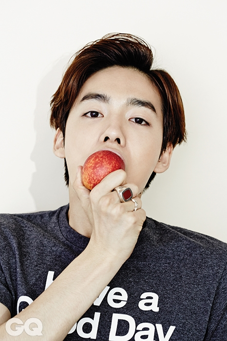 KIM JIN WOO & SHIN SUN HYE 티셔츠 1만4천원대, 유니클로. 반지 21만7천원, 불레또 by 유니페어.