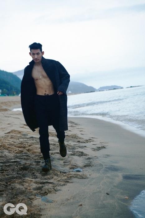 어깨가 둥근 체크무늬 코트, 스트링 팬츠, 송치 소재 부츠, 모두 보테가 베네타. 목걸이 가격 미정, 토마스 도노칙 by 분더숍.