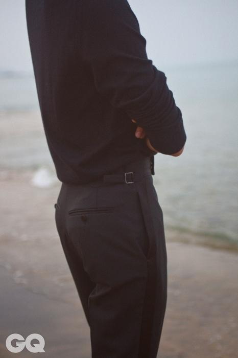 얇은 캐시미어 라운드넥 니트, 검정 이브닝 팬츠, 모두 톰 포드.