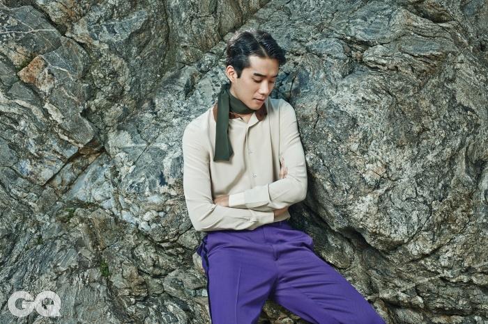 실크 셔츠와 보라색 팬츠, 스카프, 모두 프라다.