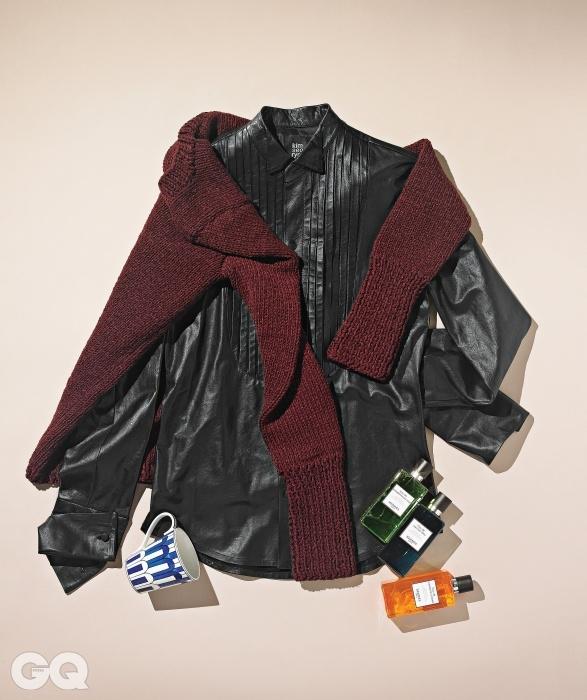 밤보다 낮에 더 멋질 것만 같은 가죽 셔츠, 두툼한 와인색 스웨터 가격 미정, 모두 김서룡 옴므. 각각 개성 넘치는 향기를 내는 샤워젤 세 개, 머그컵 가격 미정, 모두 에르메스.