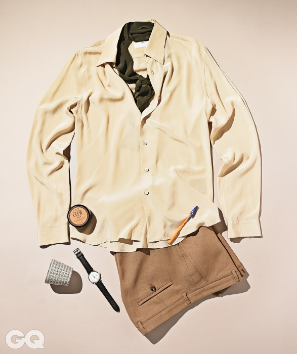 실크 셔츠, 스카프 가격 미정, 모두 프라다. 팬츠 가격 미정, 구찌. 시계 99만8천원, 라코 1925 by 바버샵. 향초 홀더 가격 미정, 에르메스. 볼펜 가격 미정, 빅. 포마드 가격 미정(85g), 아메리칸 크루.