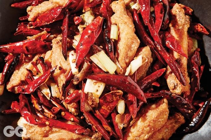 JS가든의 사천식 닭날개 볶음. 밀가루를 입히지 않고튀겨서 얇고 선명한 맛을 낸다.닭봉이 아닌 닭날개만으로이 요리를 만드는 집은 많지 않다.
