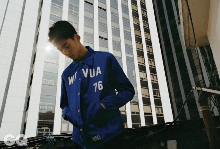 파란색 코치 재킷 88만원,이벳필드 X 더블탭스 by 후즈서울. 치노 팬츠 24만원, 네이버후드by 후즈 서울.