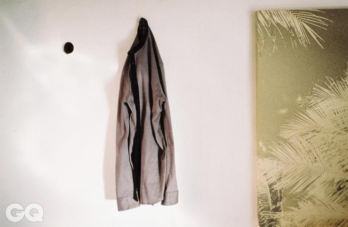 벨벳 세부를 넣은 칼라리스 셔츠, 조르지오 아르마니.