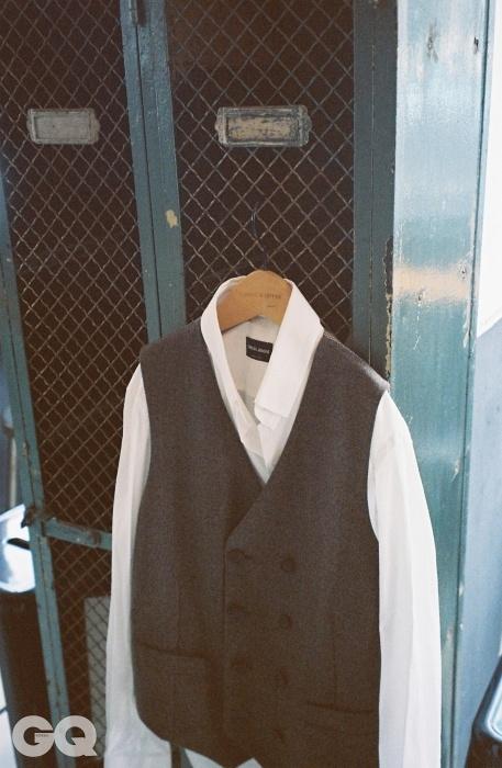 울 베스트와 드레스 셔츠, 조르지오 아르마니.