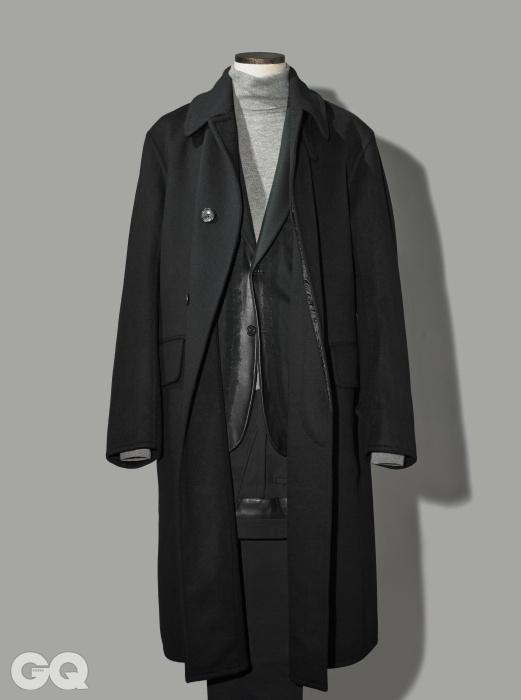 BLACK우아한 검정색 더블 브레스티드 롱 코트 가격 미정, 톰 포드. 앞단에 가죽을 덧댄독특한 재킷, 검정색 울 팬츠 가격 미정, 모두 에르메스. 회색 캐시미어 터틀넥 가격 미정,랄프 로렌 퍼플 라벨.
