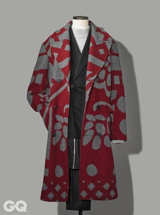 GRAPHIC화려한 패턴의 회화적인 코트 가격 미정, 버버리 프로섬. 짙은 보라색 더블브레스티드 재킷 가격 미정, 김서룡 옴므. 하이넥 니트 가격 미정, 질 샌더. 지퍼 장식 와이드팬츠 가격 미정, 발렌시아가.