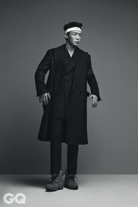 코트와 재킷과 바지는 모두 김서룡 옴므, 신발은 팀버랜드 X 스투시, 해드 밴드와 아대는 모두 나이키.