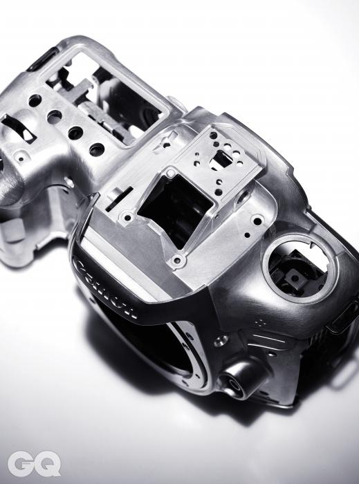 EOD-7D 마크II의 마그네슘 합금 뼈대로완제품은 렌즈 미포함 시 최저가1백99만원대, 캐논.