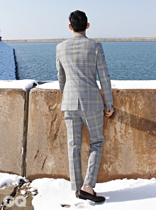 체크무늬 수트 3백만원대, 가죽 로퍼가격 미정, 모두 베르사체.