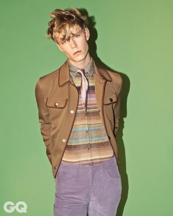 개버딘 재킷, 프라다.라일락 코듀로이 팬츠, 톱맨디자인. 실크 타이, 톰 포드.