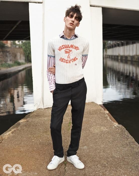 줄무늬 셔츠, 켄드 앤커웬. 빈티지 티셔츠,웨이스트랜드 엘에이. 줄무늬울 팬츠, 디올 옴므. 흰색스니커즈, 톱맨.