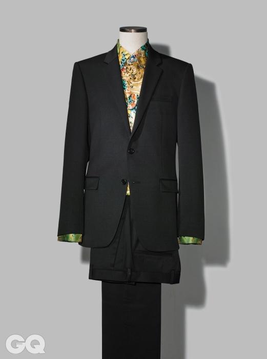 SUIT + SILK SHIRTS 검정색 수트 1백만원대, 솔리드 옴므. 화려한 프린트의 노란색 실크셔츠 66만원, 베르수스.