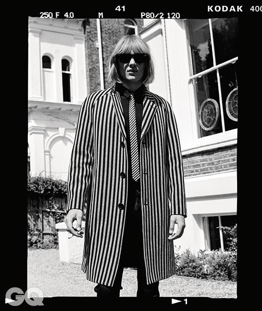 줄무늬 코트, 검정 셔츠, 블랙 진,실크 타이, 모두 생로랑. 뿔테 선글라스, 페르솔.