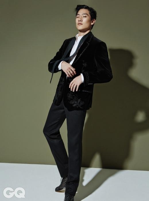 비딩과 자수 장식턱시도 재킷, 스카프가 달린화이트 셔츠, 검정 턱시도팬츠, 반짝이는 레이스업슈즈 가격 미정, 모두알렉산더 맥퀸.