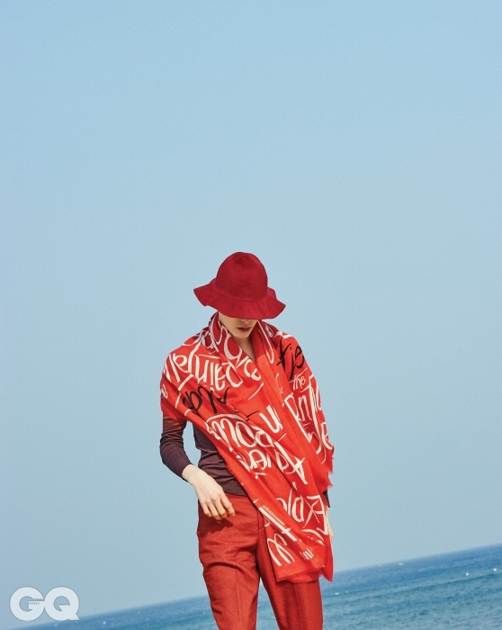 BURBERRYPRORSUM색깔이 섞인 카디건과 빨간색팬츠, 꽃잎 같은 펠트 모자와커다란 캐시미어 스카프,모두 버버리 프로섬.