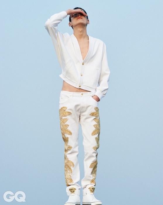 VERSACE골드 버튼 장식의 흰색카디건과 자수 장식 진 팬츠,화려한 하이톱, 모두베르사체. 길이가 긴 실버목걸이는 에디터의 것.