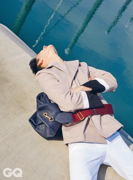 베이지색 재킷 가격 미정, 흰색 부츠컷 팬츠 1백28만5천원, 남색 가죽 크로스백 4백58만원, 모두 구찌.