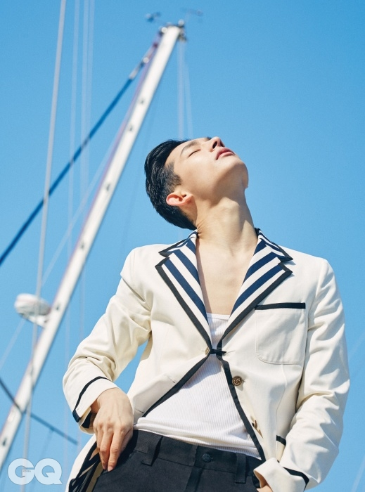줄무늬 칼라 재킷 3백88만원, 흰색 슬리브리스 톱 80만원, 검정색 부츠컷 팬츠 1백28만5천원, 모두 구찌.