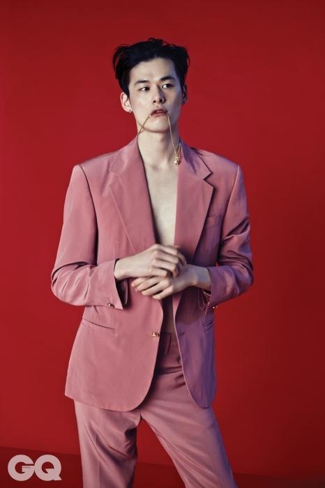 핑크색 실크 수트와 메두사 펜던트 목걸이 가격 미정, 모두 베르사체.