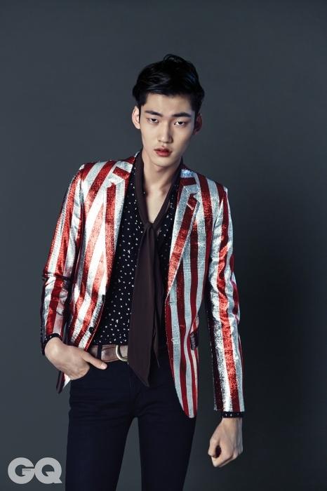 반짝이는 줄무늬 재킷 3백10만원, 실크 웨스턴 셔츠 1백65만원, 검정 진 팬츠 56만원, 실크 크라바트 37만5천원, 빈티지 가죽 벨트 55만5천원, 모두 생로랑.