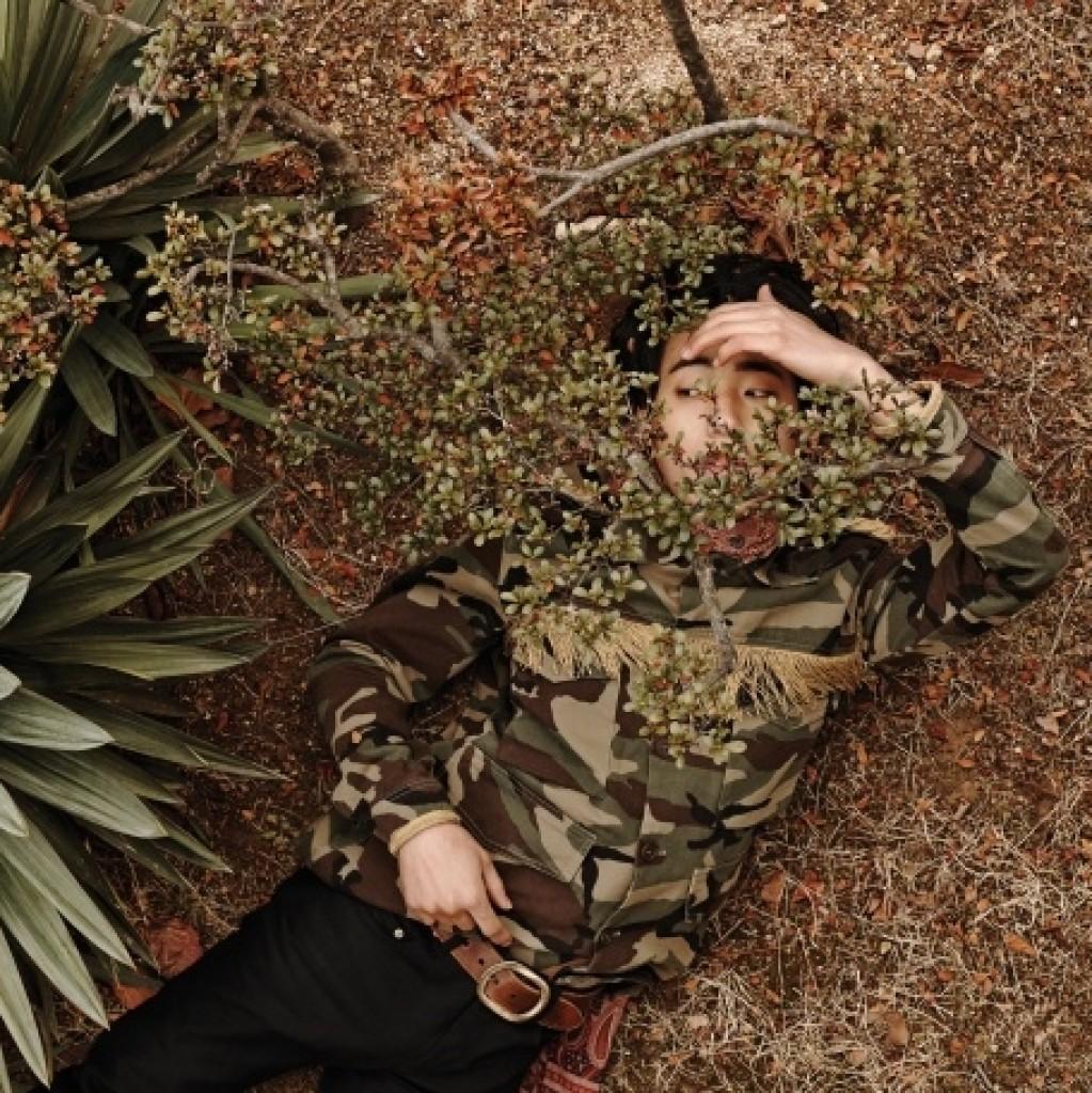 카무플라주 무늬 재킷 2백19만5천원, 블랙 진과 벨트, 가격 미정, 모두 생로랑.