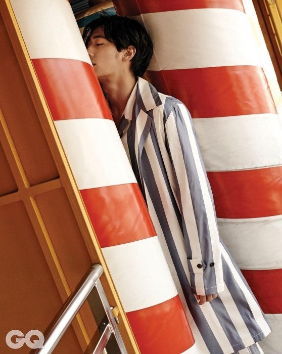 굵은 줄무늬 코트 1백78만원, 셔츠 59만8천원, 팬츠 79만8천원, 모두김서룡 옴므.