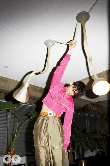 핑크색 블루종, 카키색 실크 팬츠 가격 미정, 선다이얼 벨트 1백50만원, 모두 루이 비통.