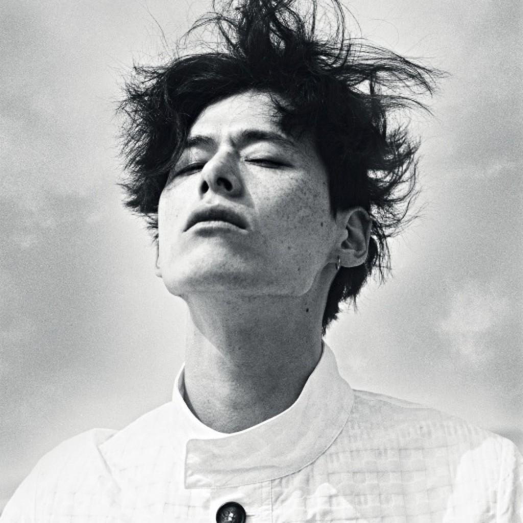 와플 디테일의 만다린칼라 화이트 캐주얼 재킷 가격 미정, 조르지오 아르마니.