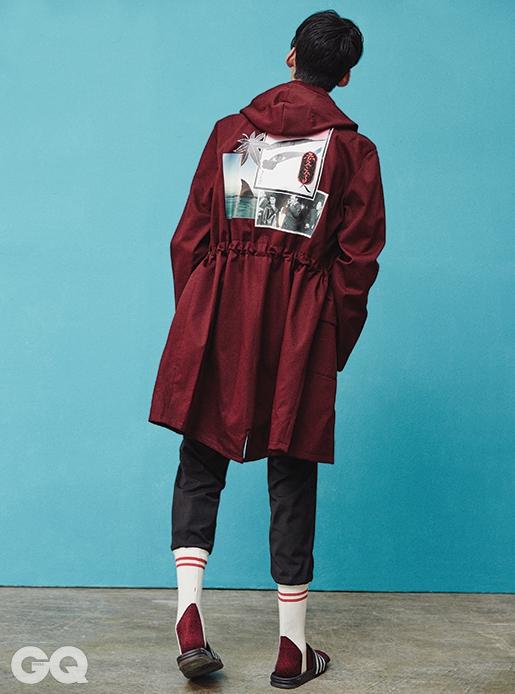 자주색 코트 1백81만원, 라프 시몬스 by 갤러리아 웨스트 4층. 검정색 스웨트 팬츠 가격 미정, 푸시 버튼. 양말과 슬리퍼는 모두 에디터의 것.