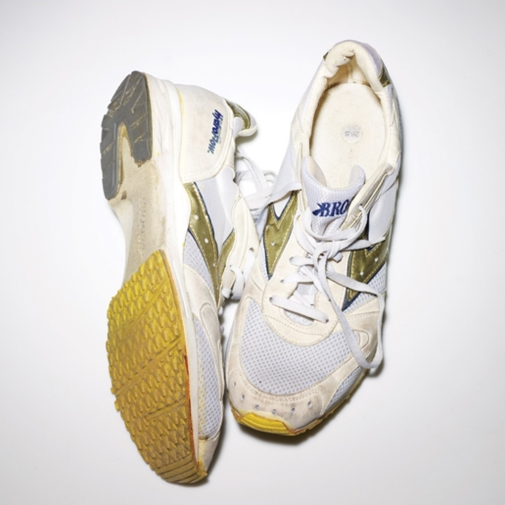 1989년에 처음 나온, 브룩스 러닝의 고유한 DNA 쿠셔닝 시스템이 담긴 러닝화. 소유자는 1994년 이 신발을 구입했고, 현재까지 깨끗한 상태로 보관 중이다.