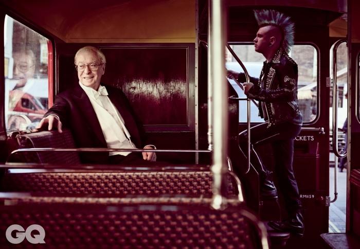 마이클 케인<킹스맨 : 시크릿 에이전트> (2015), <인터스텔라> (2014) 등 영화 109편 출연, 아카데미상 2회 수상, 영국 아카데미상 3회 수상.런던 피카딜리 광장을 지나는 루트마스터 버스애서 런던 시민과 함께.