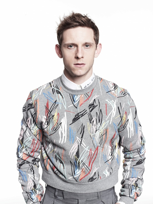 'In Between Visions' 프린트 회색 코튼 저지 스웨트 셔츠, 화이트 코튼 포플린 셔츠, 울과 실크가 섞인 회색 팬츠, 모두 디올 옴므.