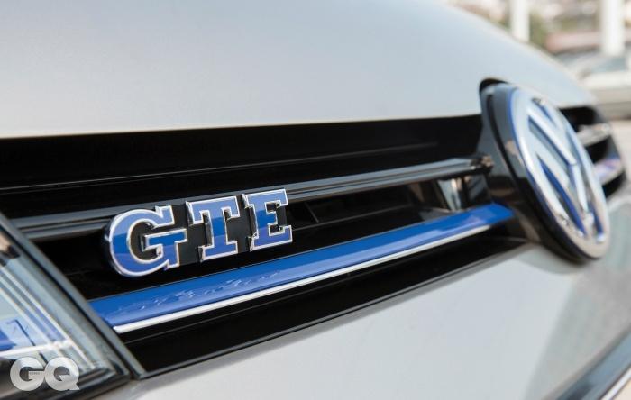 골프 GTE를 알아볼 수 있는 가장 명백한 단서. 라디에이터 그릴과 폭스바겐 로고를 파란색으로 강조했다. 고성능 친환경이라는 뜻이다.