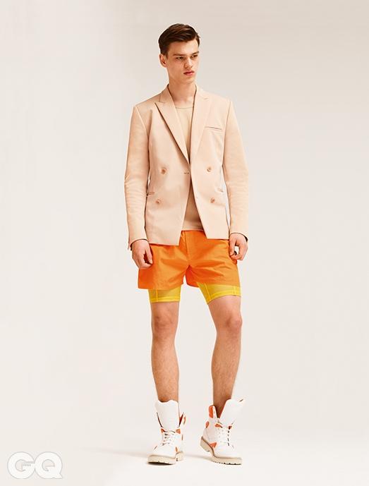 더블 재킷 €1,295, 탱크톱 €290, 오렌지 쇼츠 €135, 메시 쇼츠 가격 미정, 하이톱 운동화 €640, 모두 캘빈클라인 컬렉션.