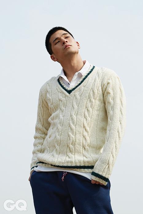 스웨터 28만6천원, 하울린 by PBAB. 피케 셔츠 8만9천원, 그로버 by PBAB. 트레이닝 팬츠 15만8천원, 파타고니아.