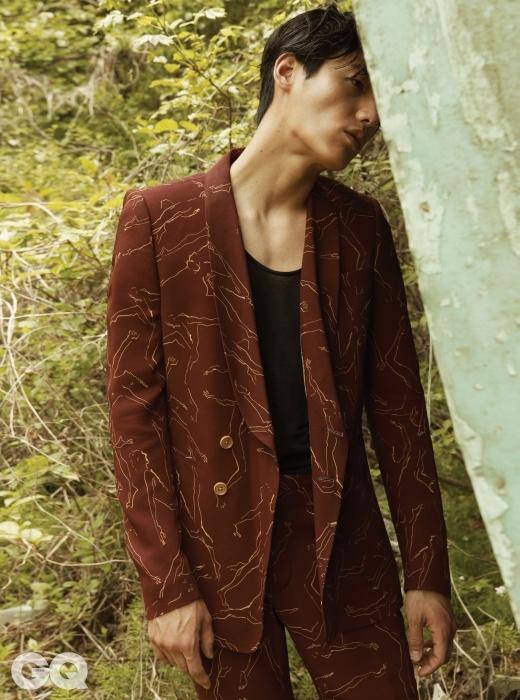 발레리노 무늬가 새겨진 자주색 수트, 슬리브리스 톱 가격 미정, 모두 드리스 반 노튼.