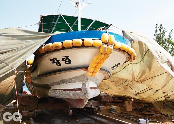 칠성조선소는 현재 수리조선소로 영업 중이다. 배 앞머리에 쓴 '왕성'은 최윤성의 아버지 최승호의 작품이다.