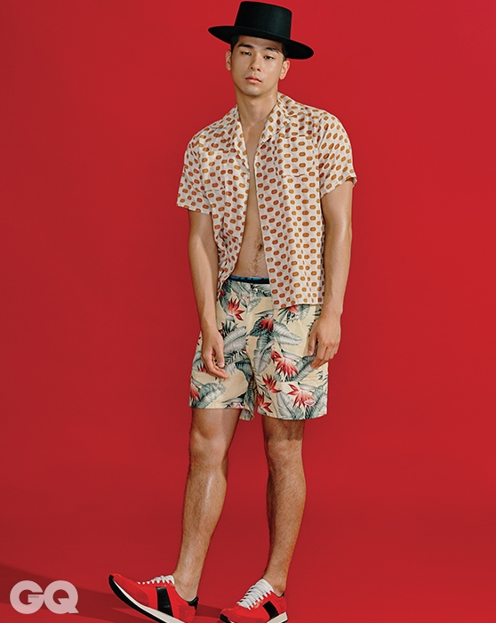도트 무늬 셔츠 23만7천원, 이스트 하버 서플러스 by 샌프란시스코 마켓. 하와이안 쇼츠 28만원, 바튼 웨어 by WP 스토어. 페도라, 빨간색 스니커즈가격 미정, 모두 생로랑.