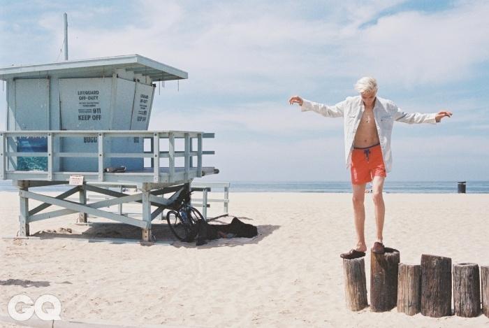 데님 셔츠 10만9천원, 리바이스. 오렌지색 수영복 32만원, 빌브레퀸. 소가죽 슬리퍼 가격 미정, 톰 포드.