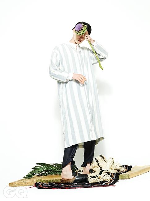 팬츠 가격 미정, 에르메네질도 제냐 쿠튀르 컬렉션 by 스테파노 필라티. 헨리넥 셔츠 30만원대, 이드&라벤스크로프트.퍼 슬리퍼 97만원, 구찌.모로코 전통 의상 질레바는 에디터의 것.