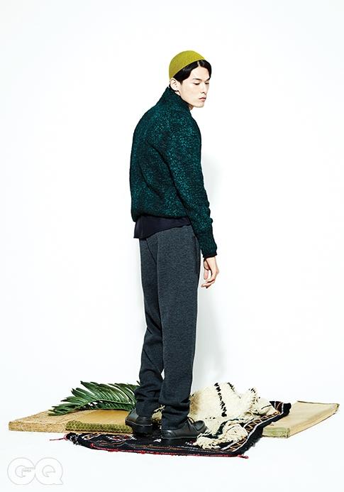 스웨터 1백만원대,울 셔츠 90만원대, 스웨트 팬츠 1백만원대, 모두 보테가 베네타. 더비 슈즈 가격 미정, 루이 비통.